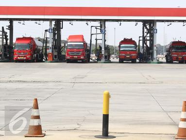 Sejumlah kendaraan saat mengisi distribusi BBM di Terminal Bahan Bakar Minyak (TBBM) Plumpang Jakarta,(21/5). TBBM Plumpang merupakan distributor minyak satu-satunya yang meliputi kawasan Jabodetabek dan sukabumi. (Liputan6.com/Helmi Afandi)