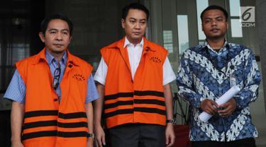 Dua tersangka Anggota Komisi I DPR dari Fraksi Golkar, Fayakhun Andriadi (tengah) dan Anggota DPRD Kota Malang Suprapto (kiri) keluar dari gedung KPK usai menjalani pemeriksaan, Jakarta (13/4). (Merdeka.com/Dwi Narwoko)
