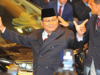 Capres nomor urut 02 Prabowo Subianto saat tiba di lokasi debat keempat Pilpres 2019 yang diselenggarakan KPU di Hotel Shangri-La, Jakarta, Sabtu (30/3). Debat kali ini mengangkat tema tentang ideologi, pemerintahan, pertahanan dan keamanan, serta hubungan internasional. (Liputan6.com/JohanTallo)