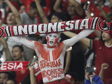 Suporter Timnas Indonesia memberikan dukungan saat melawan Timor Leste pada laga Piala AFF 2018 di SUGBK, Jakarta, Selasa (13/11). Indonesia menang 3-1 atas Timor Leste. (Bola.com/M. Iqbal Ichsan)