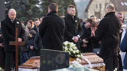Kerabat dan keluarga melakukan upacara pemakaman wartawan investigasi Jan Kuciak yang tewas dibunuh di Stiavnik, Slovakia (3/3). (AP Photo/Bundas Engler)