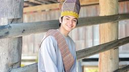 Senyum manis ANgga Yunanda jadi pelengkap pesonanya ketika pakai baju adat Sumbawa. Tak hanya warna bajunya yang cerah, tetapi senyuman Angga juga sukses bikin penggemarnya bahagia. (Sumber: IG/@anggayunandareal16)