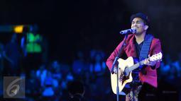 Lantunan lagu dan musik yang dibawakan Gleen Fredly berhasil menghipnotis semua yang datang di konsernya, Jakarta, Sabtu (17/10/2015). Glenn membagi perjalanan berkariernya dalam konser Menanti Arah. (Liputan6.com/Faisal R Syam)