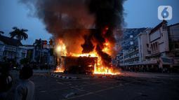 Kondisi pos polisi yang dibakar massa saat bentrok dengan aparat kepolisian di kawasan Harmoni, Jakarta, Kamis (8/10/2020). Bentrokan pecah saat massa yang hendak menuju Istana Negara untuk menggelar unjuk rasa menolak UU Cipta Kerja diadang oleh aparat kepolisian. (Liputan6.com/Faizal Fanani)