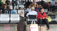 Calon pemudik menunggu bus di Terminal Pulo Gebang, Jakarta, Kamis (22/6). Memasuki H-3 Idul Fitri, Terminal Pulo Gebang mulai dipadati ribuan pemudik dengan berbagai tujuan, termasuk ke luar Pulau Jawa. (Liputan6.com/Immanuel Antonius)