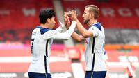 Son Heung-min dan Harry Kane menggelar selebrasi pada laga Liga Inggris melawan Southampton di St Mary's Stadium, Minggu (20/4/2020). (Twitter)