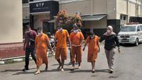 Para tersangka kasus Tindak Pidana Perdagangan Orang atau TPPO, satu diantaranya adalah perempuan yang tengah hamil muda, sebelum memasuki ruang tahanan di Polres Tasikmalaya. (Liputan6.com/Jayadi Supriadin)