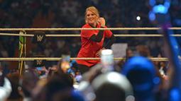 Pegulat Lacey Evans (merah) bertanding melawan Natalya Neidhart pada pertarungan World Wrestling Entertainment (WWE) untuk perempuan di Stadion Internasional King Fahd, Riyadh, 31 Oktober 2019. Kerajaan Arab Saudi untuk pertama kalinya menggelar pertandingan gulat WWE perempuan (Fayez Nureldine/AFP)