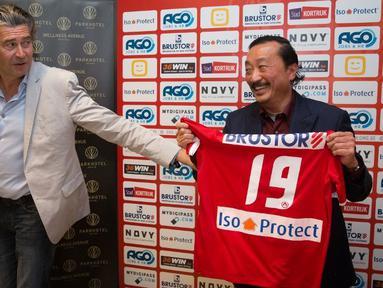 Tan Sri Vincent Tan, adalah pengusaha asal Malaysia  pemilik klub  Cardiff City F.C. di Inggris dan Klub, FK Sarajevo FC di Bosnia. (AFP Photo / Kurt Desplenter)
