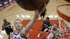 Pemain Utah Jazz, Joe Ingles (2) mencetak poin saat melewati adangan para pemain Rockets pada playoff game kedua NBA basketball di Toyota Center, Houston, (2/5/2018). Utah Jazz menang 116-108. (AP/Eric Christian Smith)