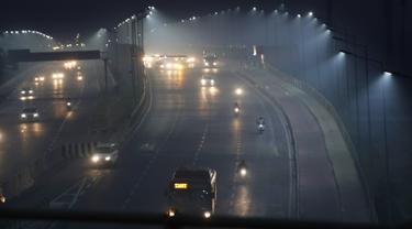 Kendaraan melintas pada pagi hari di tengah kabut tipis di New Delhi, India (28/10/2019). Kualitas udara buruk di New Delhi pada pagi hari tersebut terjadi setelah festival Hindu Diwali. (AP Photo/Manish Swarup)