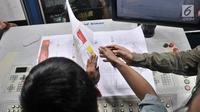 Petugas mengecek surat suara legislatif di Kompas Gramedia, Jakarta, Minggu (20/1). KPU resmi memproduksi surat suara untuk kebutuhan Pemilu 2019, total sebanyak 939.879.651 surat suara yang dicetak. (Merdeka.com/Iqbal S. Nugroho)
