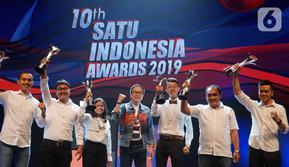 Presiden Direktur Astra Prijono Sugiarto (tengah) foto bersama dengan penerima apresiasi pada Malam Penghargaan 10th SATU Indonesia Awards 2019 di Jakarta, Jumat (4/10/2019). Keenam penerima apresiasi tersebut akan mendapat dana pembinaan Rp60 juta. (Liputan.com/HO/Eko)