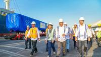 Menteri BUMN Rini Soemarno meninjau langsung pemuatan gerbong kereta tujuan ekspor ke Bangladesh di Pelabuhan Tanjung Perak Surabaya, Rabu (12/9)