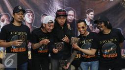 Boomerang, Grassrock dan D'bandhits berpose bareng seusai peluncuran album di Kawasan Kemang, Jakarta, Jumat (29/04/2016). Boomerang, Grassrock dan D'bandhits launching album kompilasi mereka yang diberi nama 3 ROCK. (Liputan6.com/Herman Zakharia)