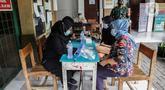Petugas kesehatan melakukan rapid test massal Covid-19 di SDN Petamburan 01, Petamburan, Jumat (27/11/2020). Kodim 0501 Jakarta Pusat dan Polda Metro Jaya kembali menggelar rapid test massal di kawasan Petamburan setelah sebelumnya menemukan lima orang yang reaktif. (Liputan6.com/Johan Tallo)