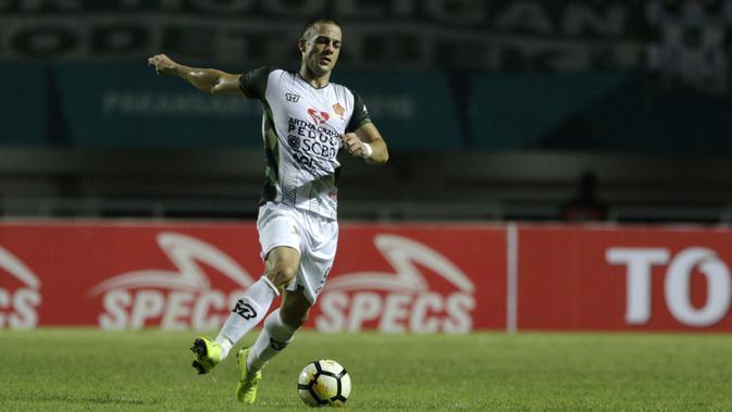 Striker PS Tira, Aleksandar Rakic, berusaha mengontrol bola saat melawan PSMS Medan pada laga Liga 1 di Stadion Pakansari, Jawa Barat, Rabu (5/12). PSMS kalah 2-4 dari PS Tira. (Bola.com/Yoppy Renato)