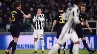 Reaksi gelandang Juventus Federico Bernardeschi (kedua dari kiri) saat timnya dikebobolan dari Tottenham Hotspur pada leg pertama babak 16 besar Liga Champions, di Stadion Allianz, Turin, Selasa (13/2/2018). (AFP/Marco Bertorello)