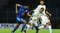 Dua pemain asing Barito, Artur Jesus dan Lucas Silva, merasakan kerasnya sepak bola Indonesia. (Bola.com/Iwan Setiawan)