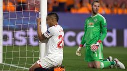 Penyerang Luis Muriel frustasi usai sundulannya digagalkan kiper MU, David de Gea pada Liga Champions di stadion Ramon Sanchez Pizjuan, Spanyol (21/2). De Gea berkali-kali menyelamatkan gawangnya dari gempuran pemain Sevilla. (AFP Photo/Jorge Guerrero)