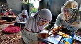 Murid kelas IV SD Muhammadiyah 37 belajar di teras rumah seorang guru di kawasan Pondok Cabe Udik, Tangerang Selatan, Banten, Senin (10/8/2020). Kegiatan belajar mengajar (KBM) tatap muka ini dilakukan karena murid kesulitan menguasai materi pelajaran saat belajar online. (merdeka.com/Arie Basuki)