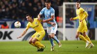 Duel antara Cesar Azpilicueta dan Markus Rosenberg pada leg 1, 32 besar Liga Europa yang berlangsung di stadion Swedbank, Malmo, Jumat (15/2). Chelsea menang 2-1 atas Malmo FF (AFP/Andreas Hillergen)