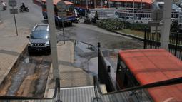 Jalan masuk ke Terminal Maggarai rusak parah. Becek dan bergelombang, Jakarta, Jumat (5/9/2014) (Liputan6.com/Johan Tallo)