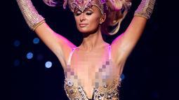 Paris Hilton berpose mengenakan koleksi busana The Blonds x Moulin Rouge! The Musical dalam acara New York Fashion Week, Amerika Serikat, Senin (9/9/2019). Paris Hilton tampil seksi dan glamor dengan mengenakan bodysuits renda berhias berlian. (Eduardo Munoz Alvarez/AFP)