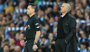 Pelatih Manchester United, Jose Mourinho, tampak kecewa usai dikalahkan Manchester City pada laga Premier League di Stadion Etihad, Manchester, Minggu (11/11). City menang 3-1 atas MU. (AFP/Lindsey Parnaby)
