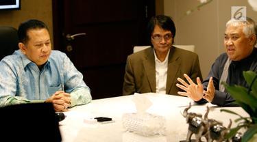 Din Syamsuddin (kanan) bersama Aliansi Masyarakat Peduli Tragedi Kemanusiaan Pemilu 2019 saat menemui Ketua DPR Bambang Soesatyo (kiri) di Kompleks Parlemen, Jakarta, Selasa (14/5/2019). Pertemuan membahas banyaknya petugas KPPS yang meninggal dalam Pemilu 2019. (Liputan6.com/ JohanTallo)