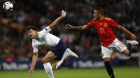 Striker Spanyol, Iago Aspas, berebut bola dengan bek Inggris, Harry Maguire, pada laga UEFA Nation League di Stadion Wembley, London, Sabtu (8/9/2018). Inggris kalah 1-2 dari Spanyol. (AFP/Adrian Dennis)