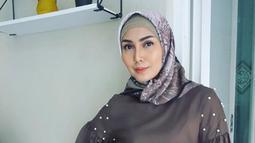 Istri Arie Untung, Fenita Arie saat berpose dengan mengenakan hijab. Sebagian besar warganet mendukung langkah Fenita dan mengatakan bahwa presenter tersebut tampak lebih cantik usai berhijab. (Instagram/ariekuntung)