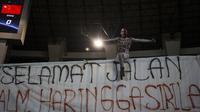 Suporter membentangkan spanduk duka cita mengenang Haringga Sirilla pada laga PSSI 88th U-19 di Stadion Pakansari, Jawa Barat, Selasa (25/9/2018). Indonesia kalah 0-3 dari China. (Bola.com/Vitalis Yogi Trisna)