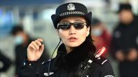 Petugas polisi China mengenakan kacamata smartglasses dengan sistem pengenalan wajah di Stasiun Kereta Zhengzhou East di Zhengzhou di provinsi Henan tengah China (5/2). Kacamata hitam ini bisa mendeteksi buronan atau tersangka. (AFP Photo/China Out)