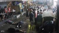 Rekaman CCTV memperlihatkan pasangan lanjut usia diserang membabi buta oleh sekelompok berandal, saat sedang merayakan tahun baru Thailand.