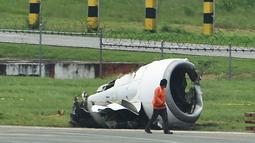 Mesin kiri pesawat milik XiamenAir terlepas dari sayap setelah tergelincir di bandara internasional Manila, Filipina, Kamis (16/8). Tidak ada korban jiwa dalam insoden pesawat yang membawa 165 penumpang dan awak tersebut.(AFP/TED ALJIBE)