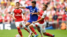Pemain Arsenal, Aaron Ramsey (kanan) berebut bola dengan pemain Chelsea, Cesc Fabregas, dalam Community Shield 2015 di Stadion Wembley, Inggris. Minggu (2/8/2015) malam WIB. (Reuters/Dylan Martinez)