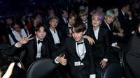 Boyband BTS saat hadir perdana pada perhelatan Grammy Awards 2019 di Staples Center, Los Angeles, Minggu (10/2). Selain masuk nominasi, BTS juga akan tampil di atas panggung sebagai penampil dan pembaca pemenang. (Emma McIntyre/Getty Images /AFP)
