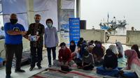 XL Axiata memberikan bantuan router dan kuota internet untuk anak-anak nelayan di Desa lontar, Serang, Kab. Banten (Foto: XL Axiata)