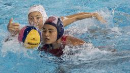 Pemain polo air putri Indonesia, Ivy Nernie, saat melawan tim polo air Jepang pada laga Asian Games di Aquatic Center, GBK, Jakarta, Kamis (16/8/2018). Jepang menang 15–4 atas Indonesia. (Bola.com/Vitalis Yogi Trisna)