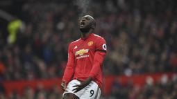 Ekspresi pemain Manchester United, Romelu Lukaku saat gagal mencetak gol ke gawang Huddersfield Town pada laga Premier League di Old Trafford, Manchester, (3/2/2018). MU menang 2-0. (AFP/Paul Ellis)