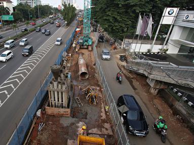 Sejumlah kendaraan melintas di dekat pembangunan proyek MRT di Jalan R. A Kartini, Jakarta Selatan, Senin (4/4). Proyek yang memakan separuh badan jalan tersebut menyebabkan kemacetan, terutama saat jam sibuk. (Liputan6.com/Immanuel Antonius)