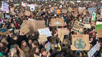 Ribuan pelajar melakukan aksi unjuk rasa menuntut kebijakan iklim lebih baik, di Den Haag, Belanda Kamis (7/2) (AP)