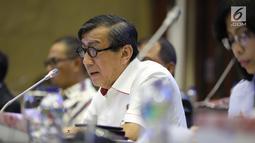 Menteri Hukum dan HAM Yasonna H Laoly saat mengikuti rapat kerja dengan Badan Legislasi (Baleg) di Gedung DPR, Jakarta, Selasa (23/10). Rapat membahas penyusunan Program Legislasi Nasional (Prolegnas) prioritas tahun 2019. (Liputan6.com/JohanTallo)