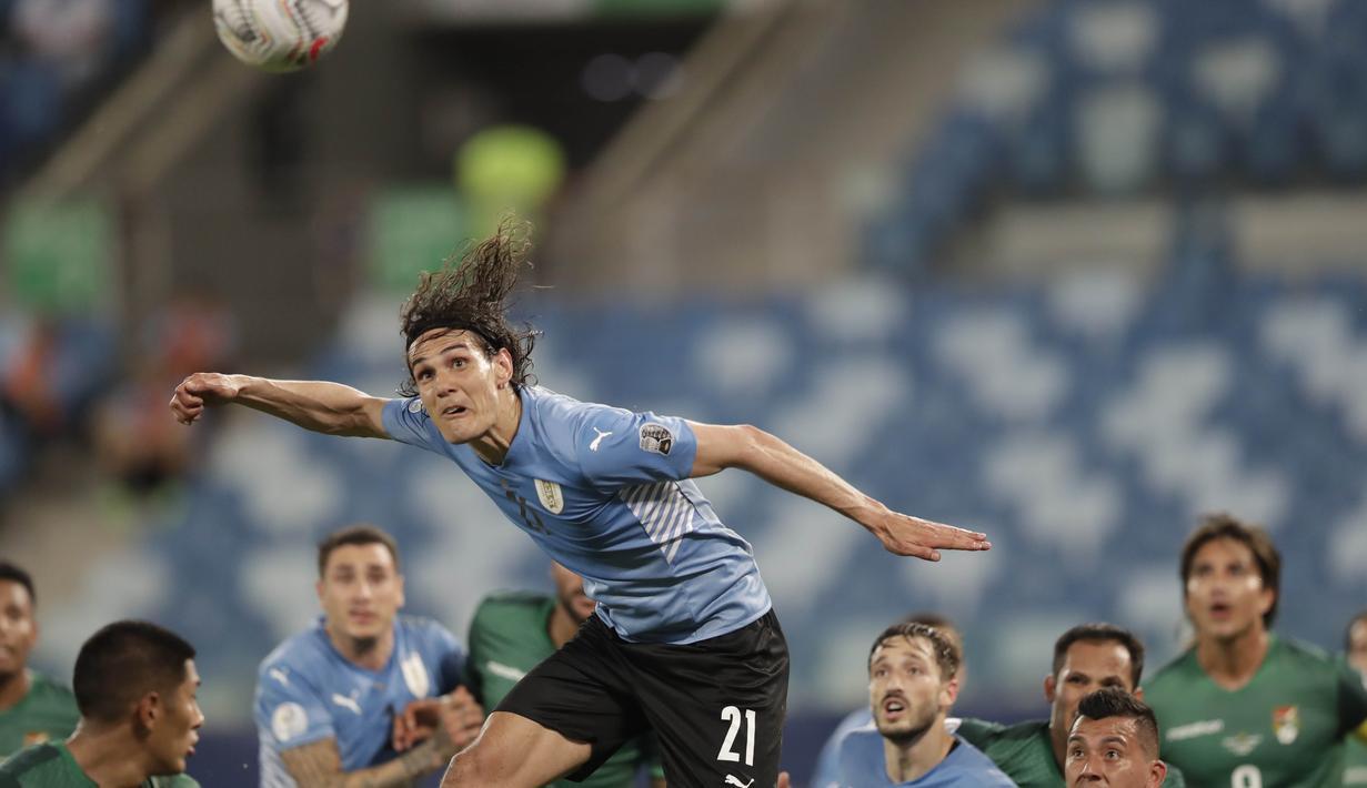 Dua gol Timnas Uruguay lahir lewat gol bunuh diri pemain Bolivia, Quinteros dan gol penggawa Manchester United, Edinson Cavani. (Foto: AP/Andre Penner)