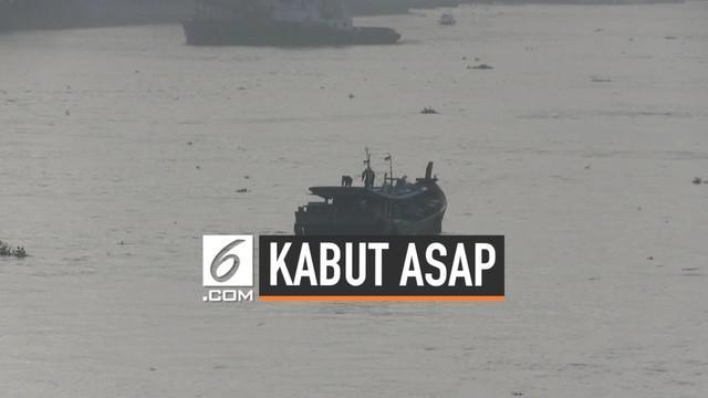 Nelayan Sumatera Selatan mengeluhkan makin pekatnya kabut asap di Sungai Musi, Aktivitas mereka terganggu karena jarak pandang yang semakin terbatas.
