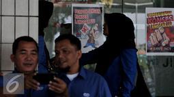 Aksi penolakan perpanjangan pengelolaan JICT ditempel di sekitar lokasi aksi Tanjung Priok, Jakarta, Selasa (28/7/2015). Mereka menilai perpanjangan konsesi melanggar UU. (Liputan6.com/JohanTallo)