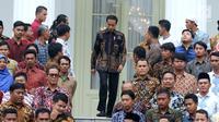 Presiden Joko Widodo saat akan foto bersama perwakilan nelayan seluruh Indonesia di Istana Negara, Jakarta, Selasa (22/1). Jokowi mengingatkan para nelayan serta pengusaha perikanan untuk menggunakan Bank Mikro Nelayan. (Liputan6.com/Angga Yuniar)