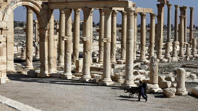 Pemandangan reruntuhan kota kuno Palmyra di Provinsi Homs, Suriah, 7 Februari 2021. Suriah memiliki enam situs yang terdaftar dalam daftar elite warisan dunia UNESCO dan semuanya mengalami kerusakan dalam perang 10 tahun. (LOUAI BESHARA/AFP)