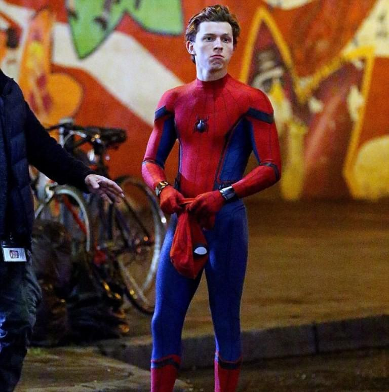 Tom Holland saat syuting film Spider-Man Homecoming. (foto: Daily Mail)